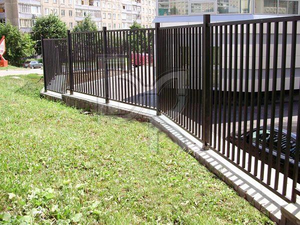фото забор из квадратной трубы