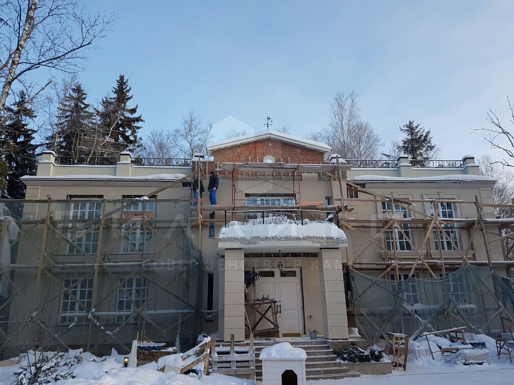 процесс облицовки фасада