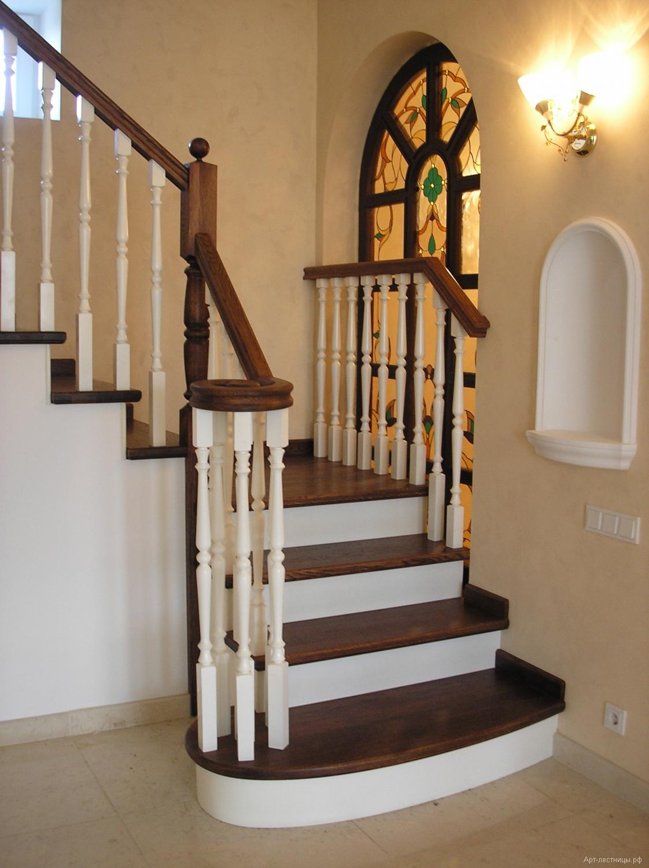 Деревянная лестница на бетоне
