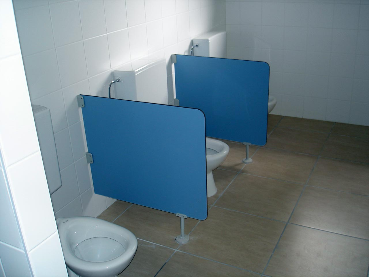 Перегородки в туалете детского сада