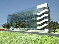 ...обширные пространственные конструкции из стекла и металла.